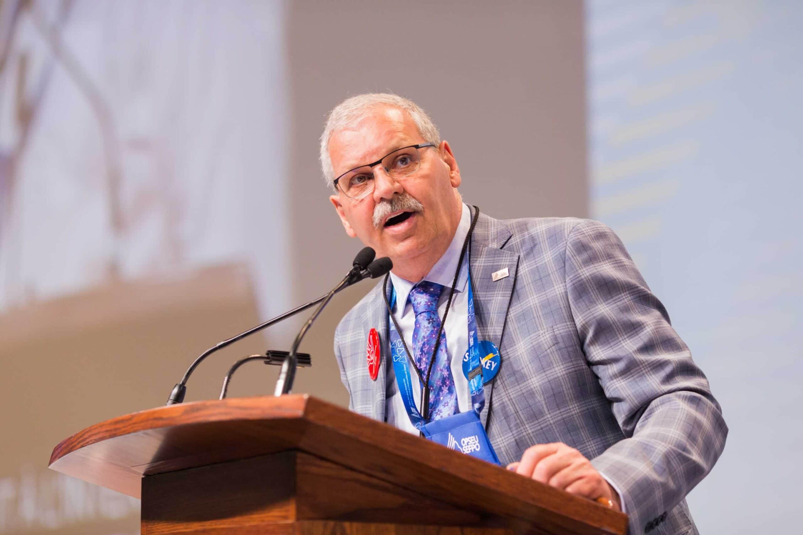 Warren (Smokey) Thomas, OPSEU President, speaking at Convention